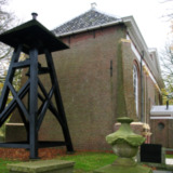 Kerkgebouw met klokkestoel