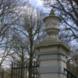 Twee hekpalen met vazen - ontwerper onbekend