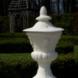 Vier gebeeldhouwde tuinvazen - ontwerper onbekend
